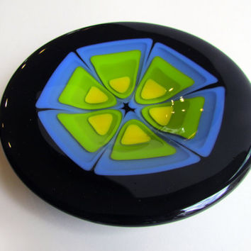 Round Plate with Retro Design in Blue, Green, and Yellow, Fused Glass Dish With Flower Design, Op Art, Trinket Tray