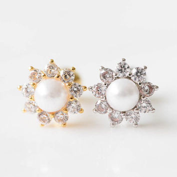 Cute Pearl flower tragus earring,Helix Earring,Cartilage Piercing,tragus jewelry,bridesmaid earring,dainty earring,pearl earring,Sil001