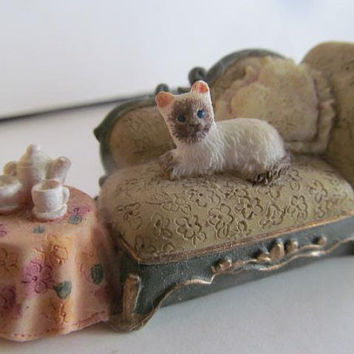 Victorian Chaise Lounge Settee  Miniature Dollhouse Cat Kitten Miniature End Table Tea Party Dollhouse miniature Display Resin Vignettes