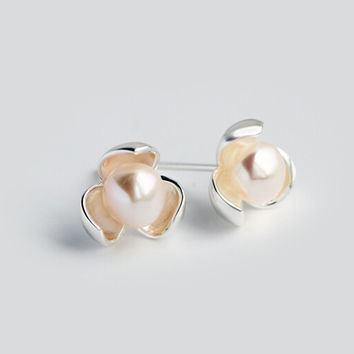Sweet lovely freshwater pearl flower 925 sterling silver earrings.a perfect gift