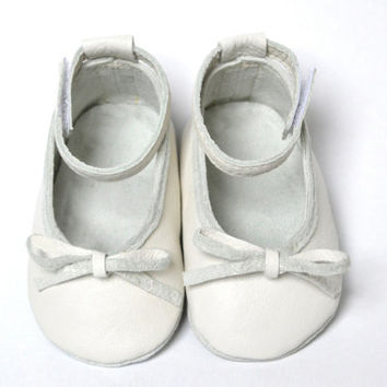 Handmade soft sole leather baby shoes / Baby girl ballet flats / Baby girl ballet shoes / Baby ankle strap shoes / White baby girl shoes /