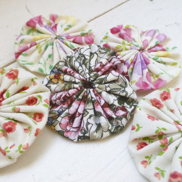 Quilting yo-yos, fabric yo-yos, floral fabric, sewing yo-yos, white fabric yo yos,  ready to ship, handmade, cotton fabric, sewing notions