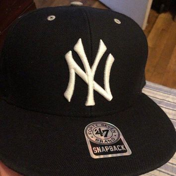 DCCKUG3 New York Yankees Black and White '47 Brand Captain Snapback Cap NWT