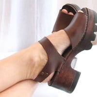 70s wood platform sandals size 9M exaggerated chunky heel - high platform shoes - brown leather women shoes - brass buckle - made in Brazil