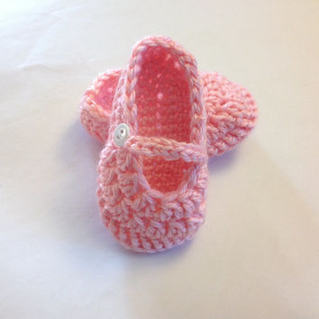 Handmade crochet baby girls shoes in light pink or make your costume order with color and size
