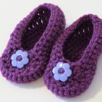 Crochet girl booties with flower, crochet purple booties, crochet purple booties with flower, purple baby booties, purple crochet shoes