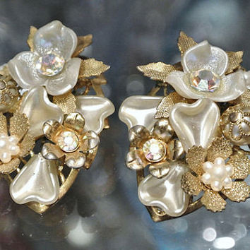 Beau Jewels Earrings Beaujewels 1950s Mid Century Clip On AB Aurora Borealis Rhinestones Thermoset Lucite Designer Signed Flowers Faux Pearl