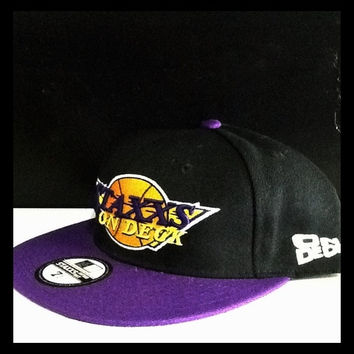 RETRO LAKERS FITTED IN BLACK/PURPLE