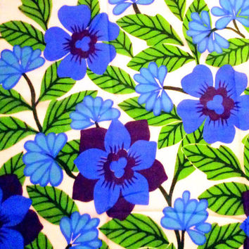 Lovely retro, vintage fabric. Mod floral pattern, made in Sweden in the 70s.
