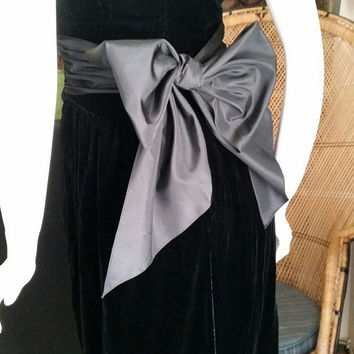 ON SALE 80's Sexy Black Velvet Strapless Dress with Big Bow at Back, Kathyrn Conover Original Dress, Black Velvet Holiday Dress, New Years E
