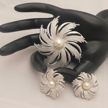 Sarah Coventry PINWHEEL 1962 NEW Vintage Designer Beautiful Pearl Cab Spiral Swirl Flower Silvertone Brooch Pin Clip Earrings Signed Set 101
