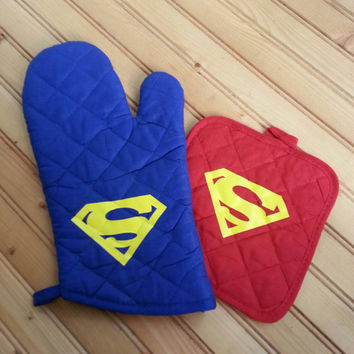 Super hero pot holder and oven mitt set
