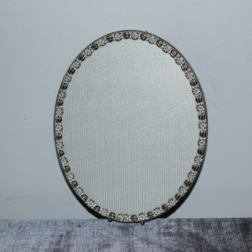 Vintage 8x10 ornate gold and white metal oval picture frame - Wall-mounted frames, gold frames, vintage frames, gold decor