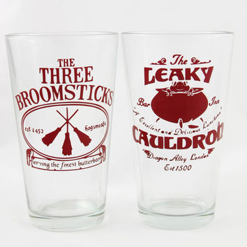 Harry Potter Pint Glass Set - The LEAKY CAULDRON and The Three BROOMSTICKS set - Butterbeer Glasses - Harry Potter Beer Glasses - Gift Set