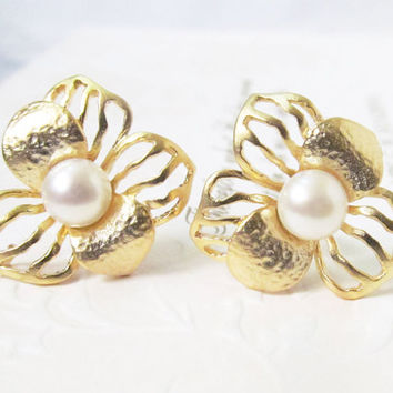 pearl stud earrings, pearl studs, gold, pearl flower earrings, pearl earrings stud, freshwater pearl earrings, pearl bridal earrings, floral