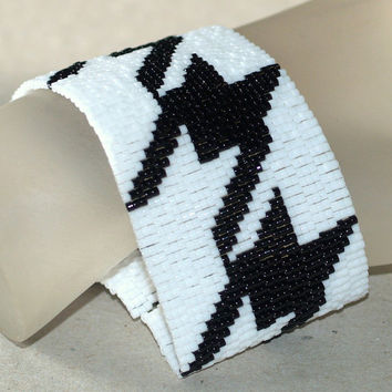 Houndstooth ... Peyote Bracelet . Cuff . Beadwork . Black and White . Classic Design . Handmade Bracelet . Chic Jewelry . Mod Jewelry