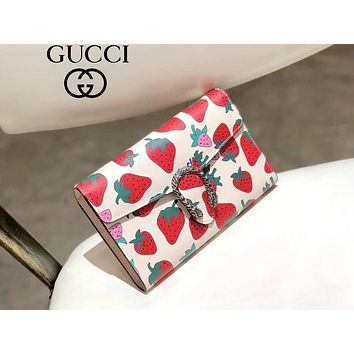 GUCCI 2019 new women's wild chain bag strawberry print diagonal package