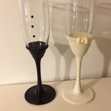 Wedding Toasting Flutes, Bride and Groom Toasting Glasses, Hand Painted Champagne Flute, Bride and Groom Set, Custom Bridal Shower Gift