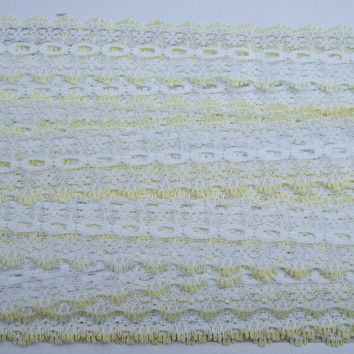 Eyelet knitting in lace - white with lemon trim