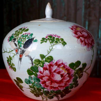 VINTAGE ORIENTAL Vase with lid and floral decoration