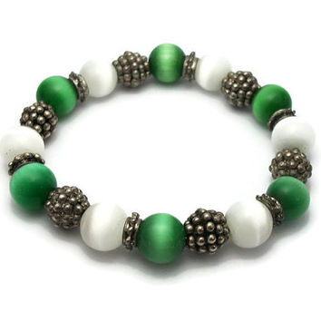 Vintage 90s Green and White Catseye Glass Bead Silver Tone Beads Stretch Bracelet - Elastic Cord - Christmas Holiday Jewelry