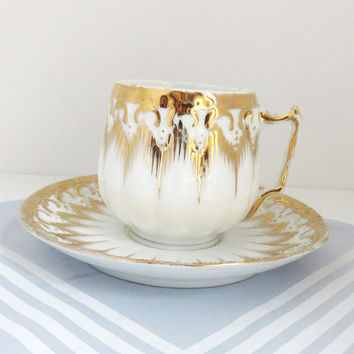Vintage gold-trimmed scallop teacup and saucer - Gold and white tea cup - White and gold teacup saucer