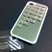Iphone 4 / 4S white hard case with silver pyramid studs by CRISION