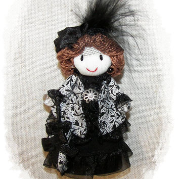 Lady in blanck and white - doll pin -look Edwardian