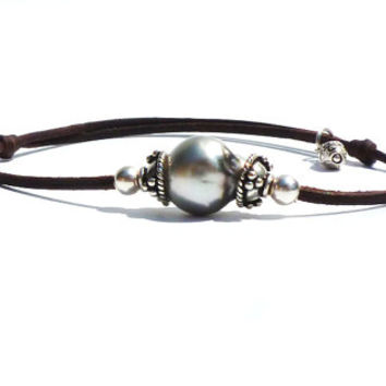 3 Black tahitian pearls, very versatile colors,on rolled leather,woman jewel,adaptable clasp