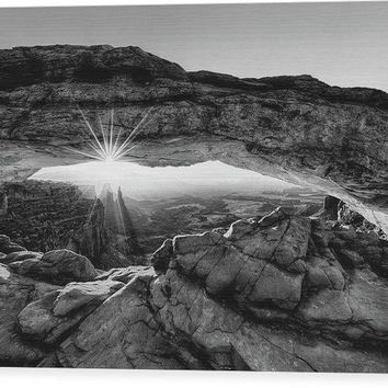 Supernatural West - Mesa Arch Sunburst In Black And White - Wood Print