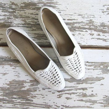 80s white leather flats • white moccasin slip ons • minimalist sandals / loafers / shoes. women's size 8