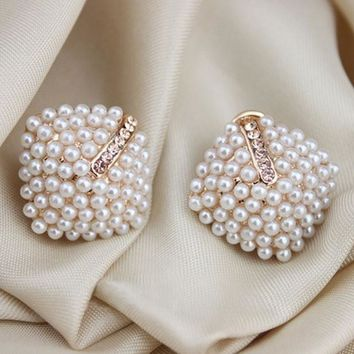 Exquisite Women Stud Clustered Pearl Earring