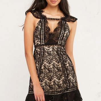 Stand Out Lace Dresses For The Evening
