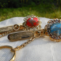 King's Key Finder Los Angeles Signed 2 pc Lot  Turquoise Blue Red Gold White 1950s Mid Century Glass Cabochon Filigree Chain Purse Accessory