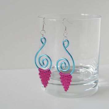 wire earrings with pink macrame element, iceblue aluminium wire fashion jewelry, spiral dangle earrings with fiber macrame part