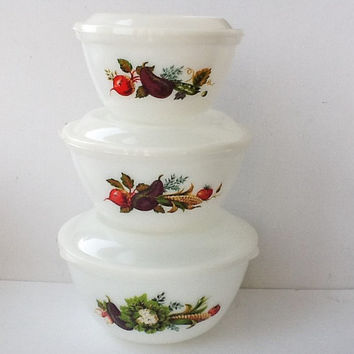 Rare Vintage Pyrex Nesting Bowls Set, Set of 3 Bowls with Snap Fit Lids in Market Garden / Tuscany Pattern, JAJ Pyrex, 1970s, 00732