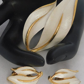 Sarah Coventry PEARLIZED PERFECTION 1965 NEW Vintage Designer Beautiful Pearl Finish Goldtone Leaf Brooch Pin Clip Earrings Signed Set! 206
