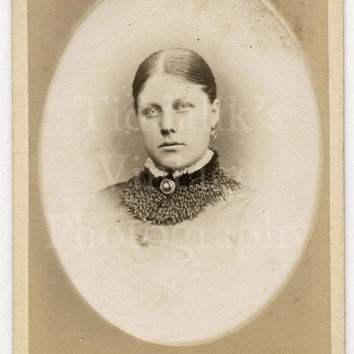 CDV Carte de Visite Photo Victorian Young Pretty Woman Vignette Portrait by E A Carnell of New Radford England