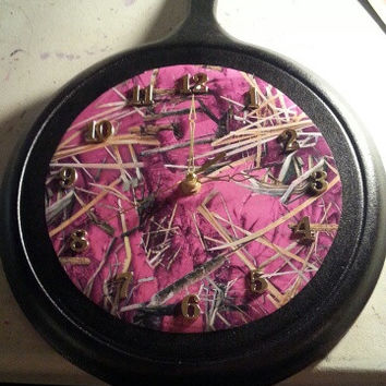 Black and RealTree Pink Camo Round Rustic Country Authentic Lodge Cast Iron Skillet Frying Pan Clock