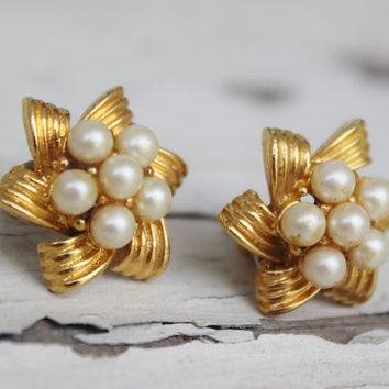 Gold Post Earrings, Pearl, Star Ribbon Design
