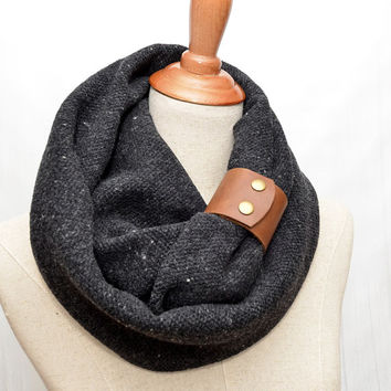 Man Wool Infinity Scarf. Chunky Scarf. Natural Wool Fabric. Dark Gray. Brown leather cuff.
