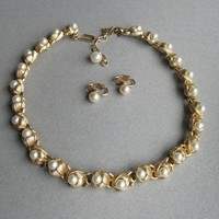 Signed TRIFARI Vintage Pearl in Rose Bud Links Necklace