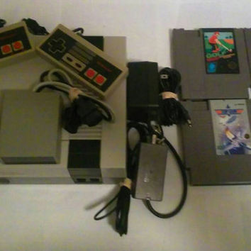 Nintendo NES Entertainment System with 2 controllers 4 games and a freedom connection sensor