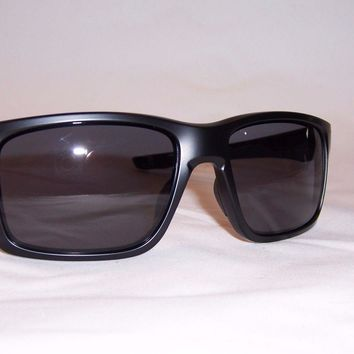 One-nice™ New Oakley Sunglasses MAINLINK OO9264-01 MATTE BLACK/ GREY AUTHENTIC 9264