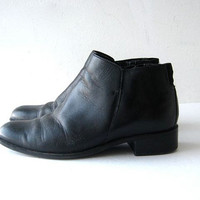 STOREWIDE SALE... 80s ankle boots. zip up boots. black leather chelsea boots.