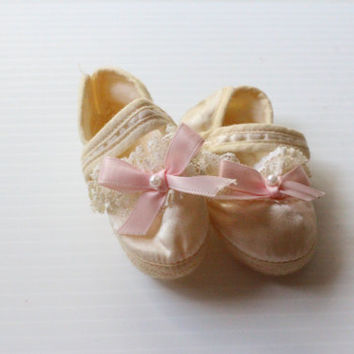 "DOLL SHOES 3.25"" Vintage white Soft Booties with Lace and Pink Bow - supply"