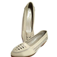 Bass Shoes Size 7M Style 9740W Ladies Leather Low Heel Like New Woven Sides Beige
