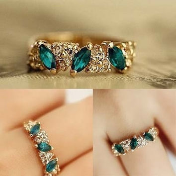 Vintage Dazzling Green Crystal Imitation Emerald Rhinestone Elegant Finger Ring (Color: Gold) = 1958168324