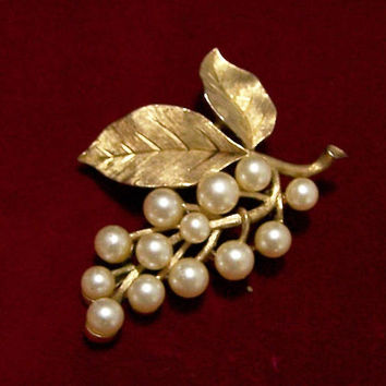 Crown Trifari Faux Pearl Flower Bud Pin, Gold Tone Floral Brooch, Etched Leaf Brooch, Vintage Bridal Jewelry, Wedding Jewelry 917