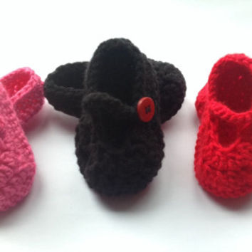 Crochet Baby Shoes Pattern, PDF tutorial file for a baby girl shoes.